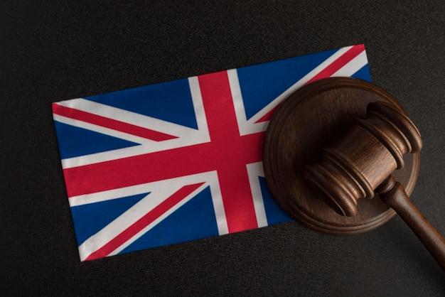 Sędzia gavel i flaga wielkiej brytanii. prawo i sprawiedliwość w wielkiej brytanii.