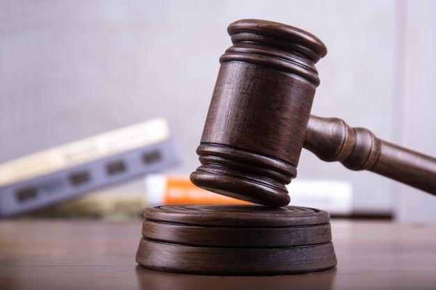 Sędzia gavel jako koncepcja sprawiedliwości.