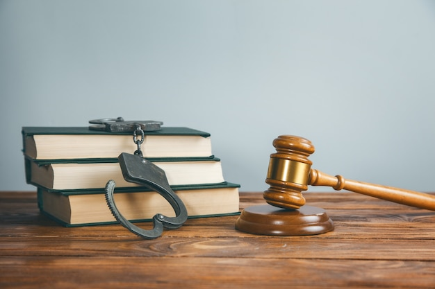 Sędzia i kajdanki na książce na stole
