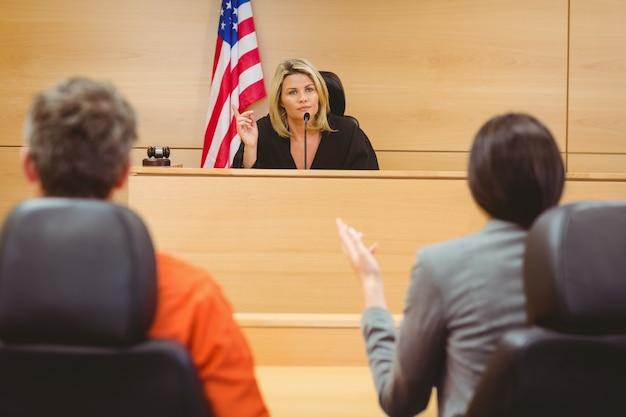 Sędzia i prawnik omawiający wyrok za więźnia