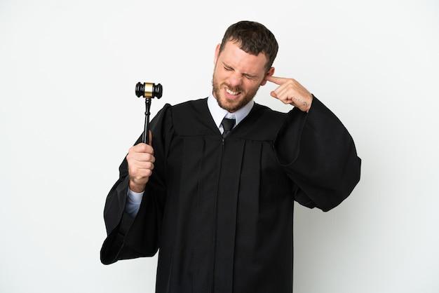 Sędzia kaukaski mężczyzna na białym tle sfrustrowany i zakrywający uszy