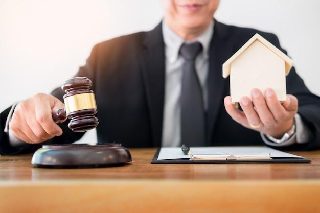 Sędzia kręci palcem, gdy ustanawia prawo w postępowaniu sądowym