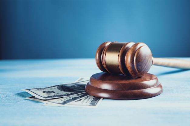 Sędzia młotek, dolary na biznes, finanse, korupcję, pieniądze, przestępstwa finansowe