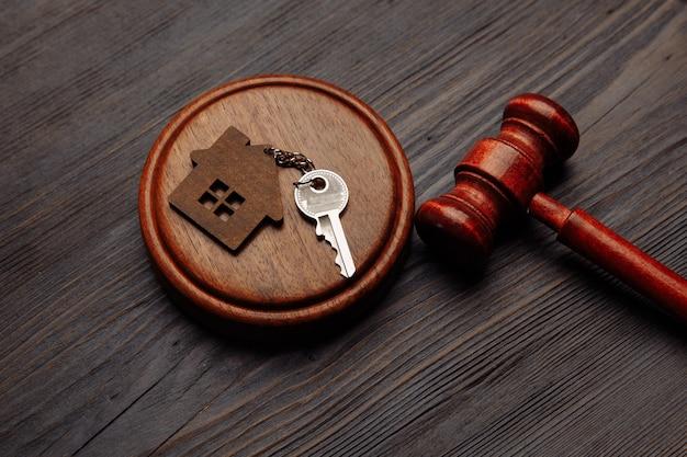 Sędzia Młotek I Breloczek W Kształcie Dwóch Rozdzielonych Części Domu Na Drewnianym Premium Zdjęcia