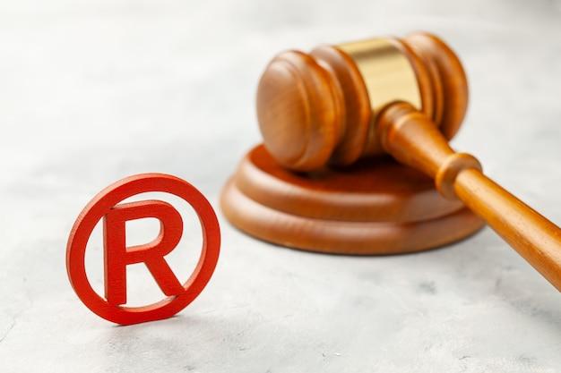 Sędzia młotek i czerwony znak towarowy