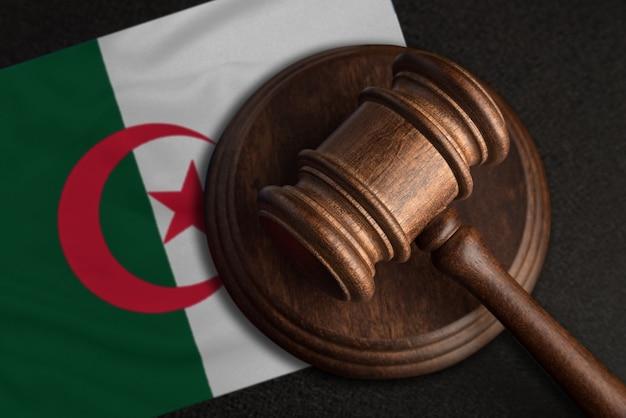 Sędzia młotek i flaga algierii. prawo i sprawiedliwość w algierii. naruszenie praw i wolności.