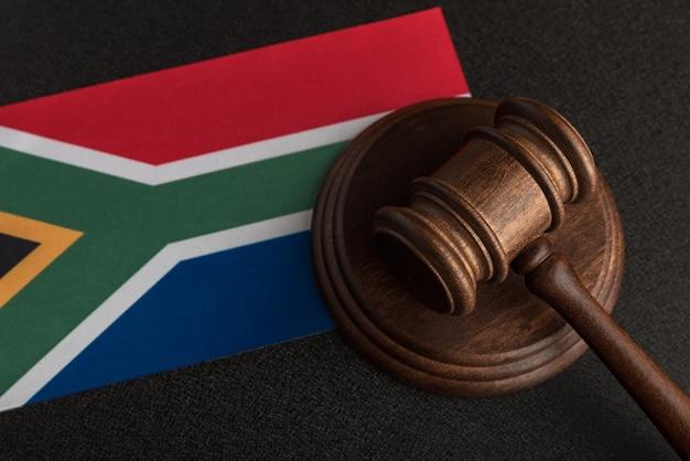 Sędzia młotek i flaga republiki południowej afryki. prawo i sprawiedliwość. prawo konstytucyjne.