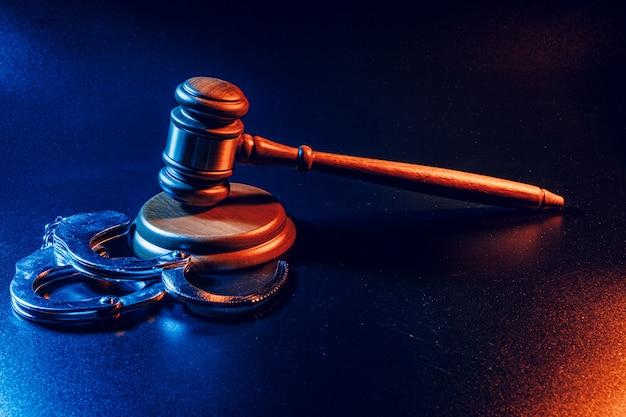 Sędzia młotek i kajdanki