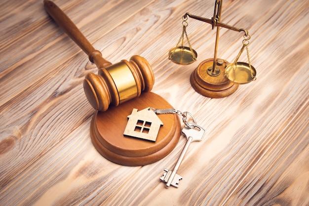 Sędzia młotek i klucz do domu na drewnianym