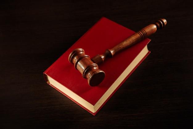 Sędzia młotek i książka prawna na drewnianym stole, koncepcja sprawiedliwości i prawa.