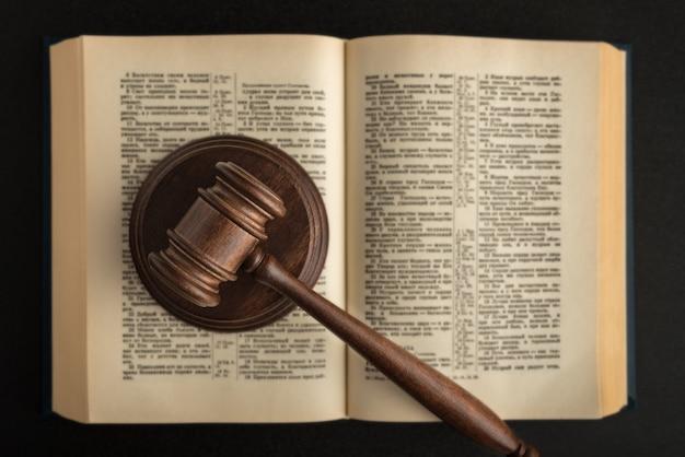 Sędzia młotek i książka prawnicza