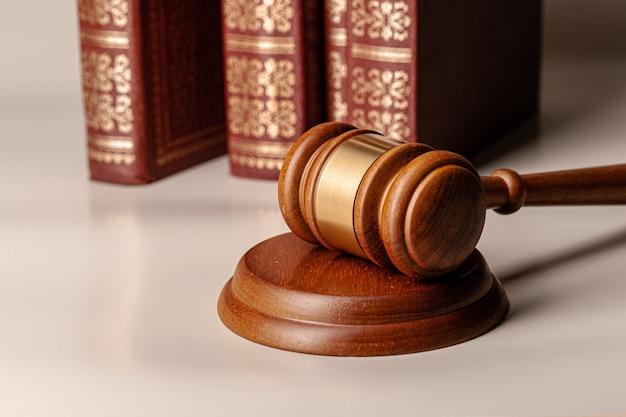 Sędzia młotek i legalna książka z bliska na stole