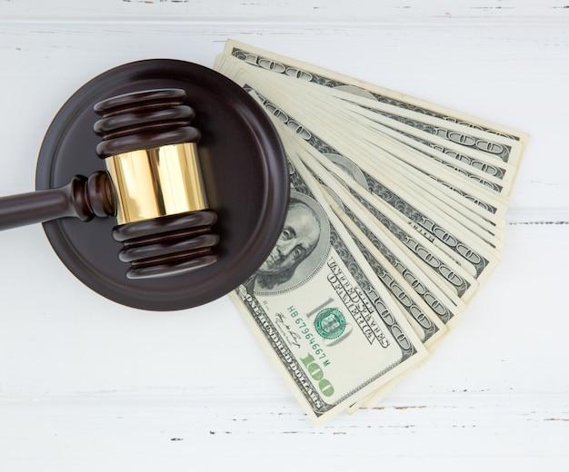 Sędzia młotek i pieniądze