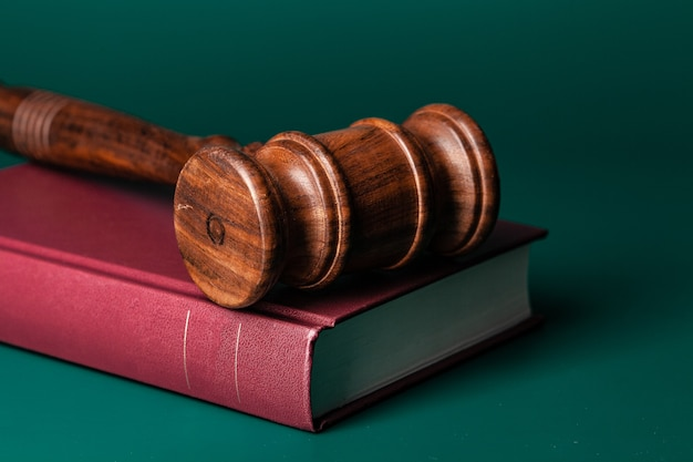 Sędzia młotek i prawnicza książka z bliska na stole