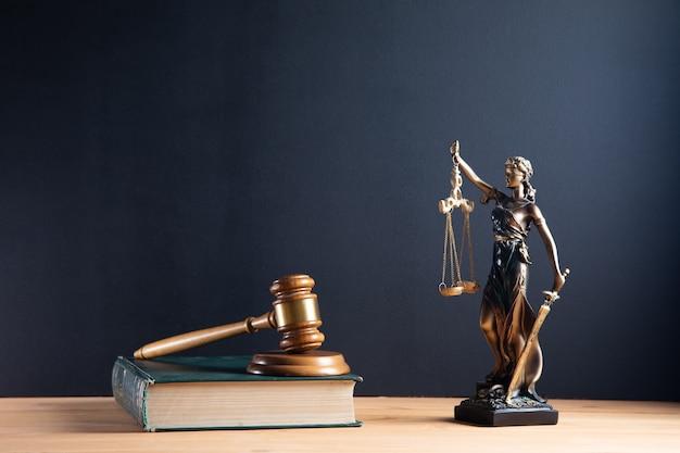 Sędzia młotek i szala sprawiedliwości i tło książki