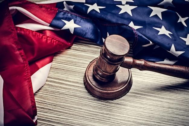 Sędzia młotek i tło z flagą usa