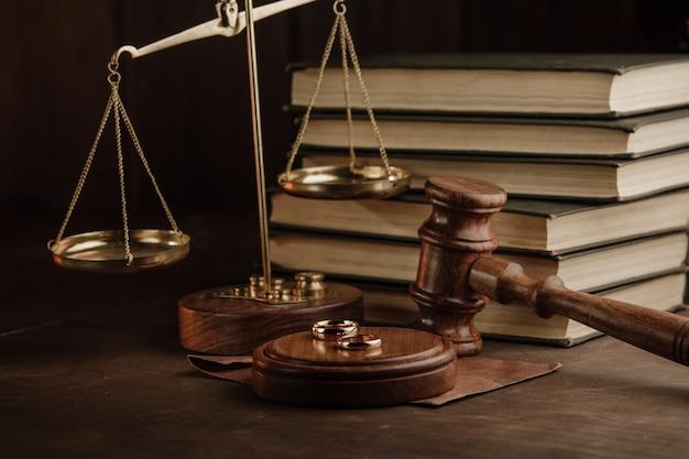 Sędzia młotek i złote pierścienie w urzędzie notarialnym