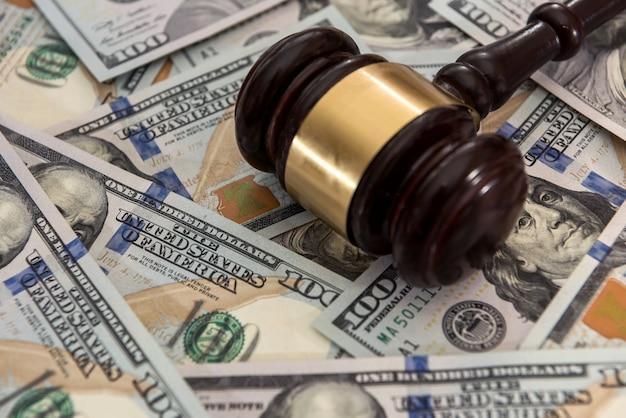 Sędzia młotek na banknotach dolarów pieniądze. koncepcja prawa
