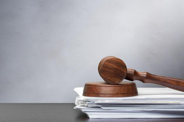 Sędzia młotek na białym papierze i stole