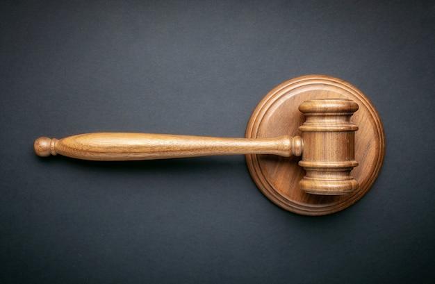 Sędzia młotek na czarnym tle. pojęcie prawa i porządku