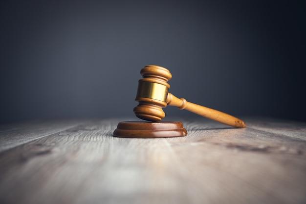 Sędzia młotek na drewnianej powierzchni stołu