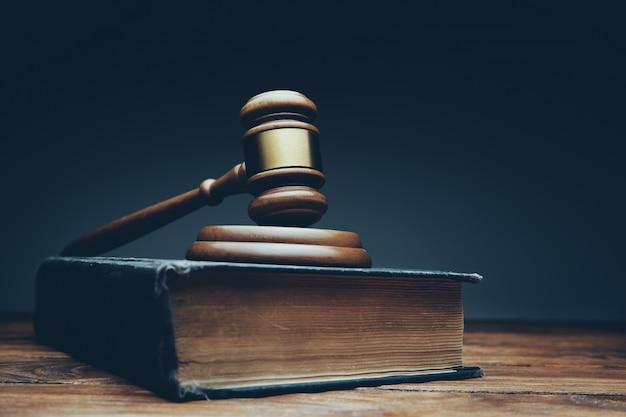 Sędzia młotek na drewnianym biurku