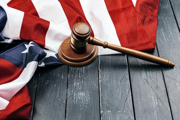 Sędzia młotek na flagi stanów zjednoczonych ameryki