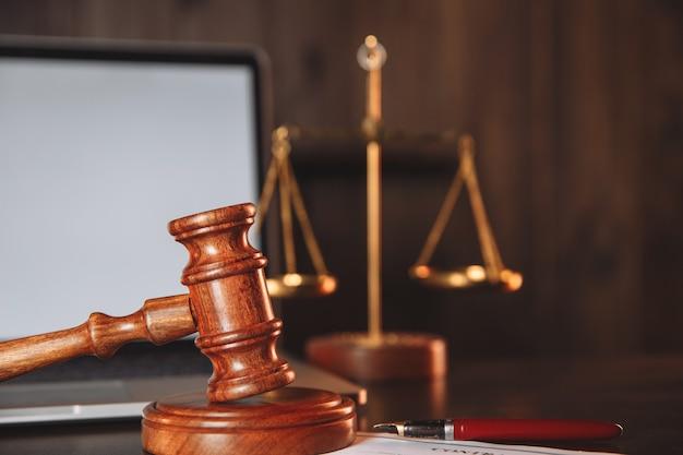 Sędzia młotek na kontrakcie na drewnianym stole.