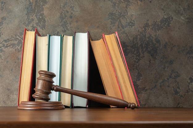 Sędzia młotek na stole z książkami