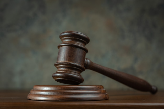 Sędzia młotek na stole