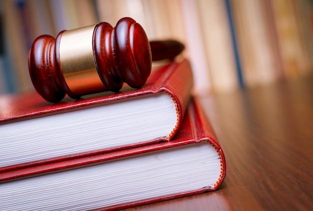 Sędzia młotek spoczywa na książce prawa