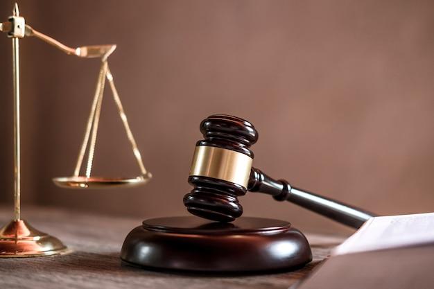 Sędzia młotek z adwokatami sprawiedliwości, dokumenty obiektowe pracujące na stole