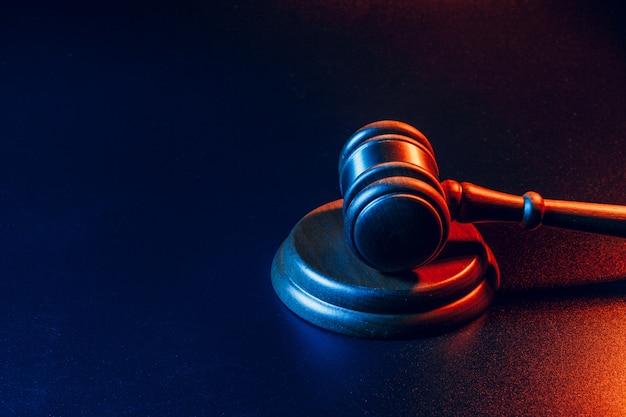 Sędzia młotek z bliska na ciemnej powierzchni. prawo i sprawiedliwość, koncepcja legalności