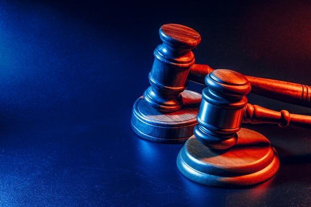 Sędzia młotek z bliska na tle papieru. prawo i sprawiedliwość, koncepcja legalności