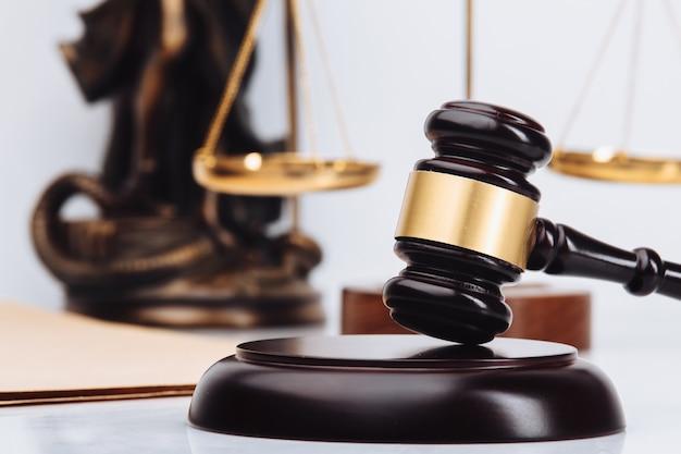 Sędzia młotek z prawnikami ds. wymiaru sprawiedliwości na spotkaniu zespołu w firmie prawniczej w tle. koncepcje
