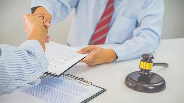 Sędzia młotek z prawnikami odbywającymi spotkanie zespołu w kancelarii prawnej. pojęcia prawa i usług prawnych.