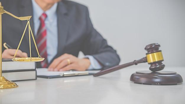 Sędzia młotek z prawnikami wymiaru sprawiedliwości, którzy spotykają się w zespole w kancelarii prawnej. koncepcje prawa i usług prawnych.