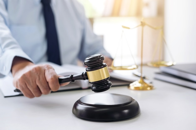 Sędzia młotek z szalami sprawiedliwości