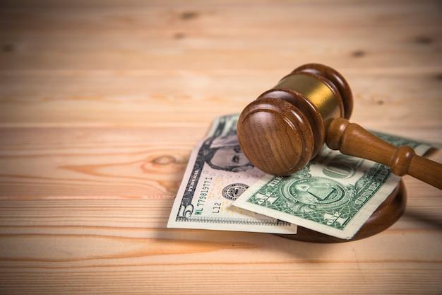 Sędzia młotkiem i pieniądze na stole