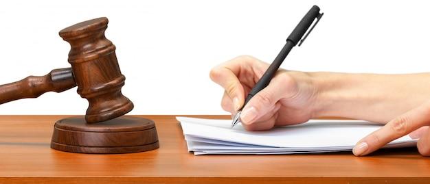 Sędzia piszący na papierze w sali sądowej