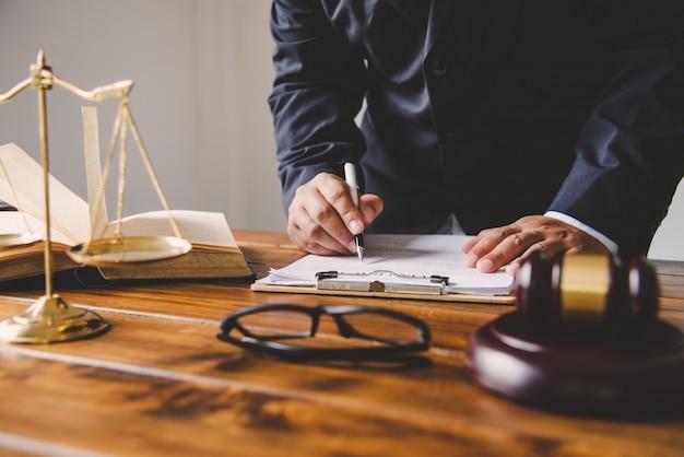Sędzia podpisujący dokumenty