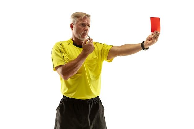Sędzia pokazujący czerwoną kartkę niezadowolonemu piłkarzowi lub piłkarzowi podczas gry na białym tle na białej ścianie. pojęcie sportu, łamanie zasad, kwestie kontrowersyjne, pokonywanie przeszkód.