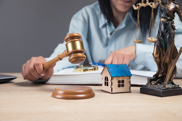 Sędzia sprawdza dane dotyczące domu. spór majątkowy