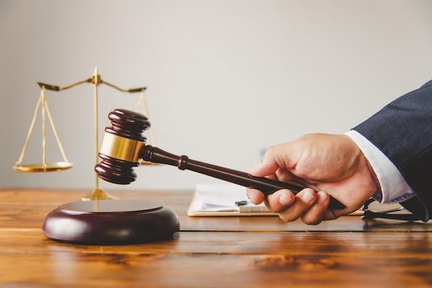 Sędzia trzyma młotek