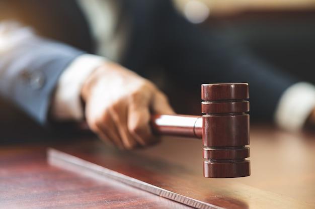 Sędzia uderza młotkiem w stół