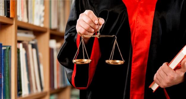 Sędzia z bliska trzymający wagę w ręku