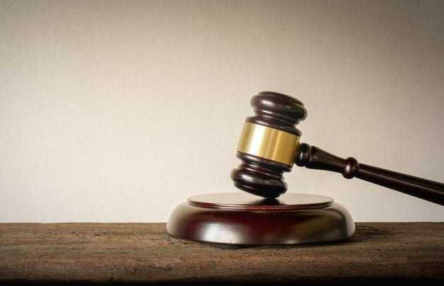 Sędziego drewna młota prawa sędziów tła pojęcie.