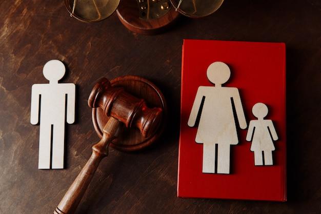 Sędziowie młotek i drewniane figurki rodzinne