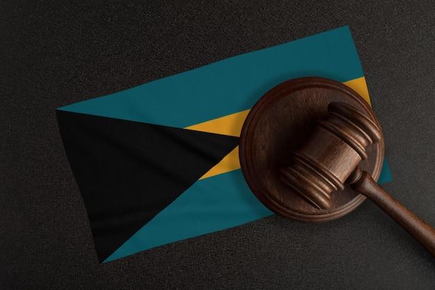 Sędziowie młotek i flaga bahamów. prawo i sprawiedliwość. prawo konstytucyjne.
