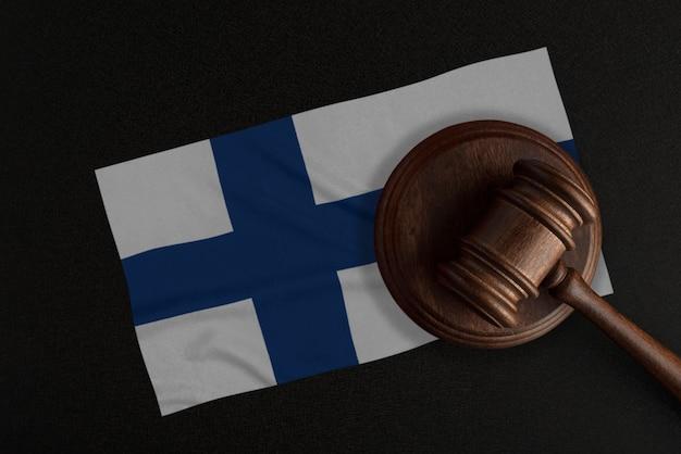 Sędziowie młotek i flaga finlandii. prawo i sprawiedliwość. prawo konstytucyjne.